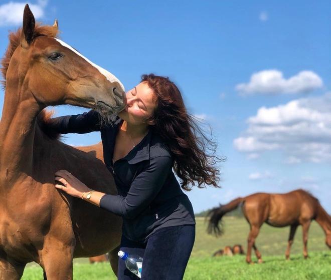 Ái nữ nhà tỷ phú Na Uy đam mê đua ngựa, cha chi tiền tỷ cho sở thích của con - Ảnh 8