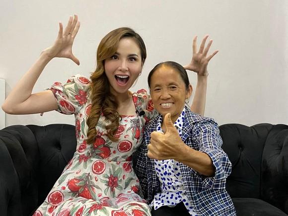 """""""Đọ sắc"""" cùng Hoa hậu Diễm Hương, bà Tân Vlog dù hơn 50 tuổi nhưng vẫn được khen tới tấp ở điểm này - Ảnh 2"""