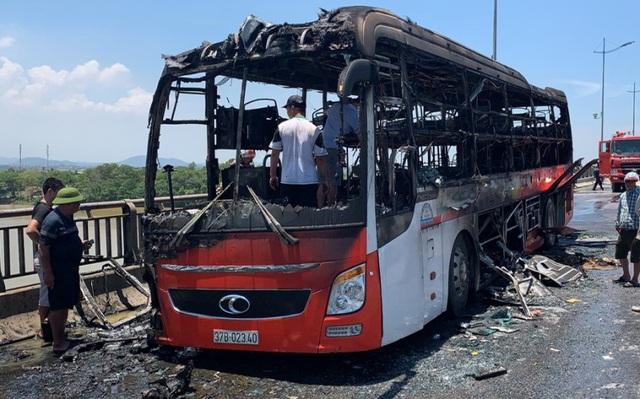 """Xe giường nằm ngập trong """"biển lửa"""", 18 hành khách may mắn thoát chết - Ảnh 3"""