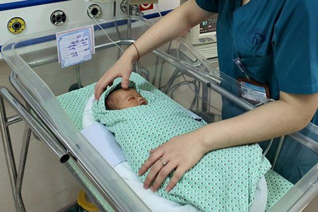 Hà Nội: Bé sơ sinh bỏ rơi dưới hố ga bị xẹp phổi, nhiễm khuẩn nặng - Ảnh 1