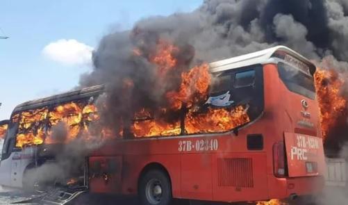 """Xe giường nằm ngập trong """"biển lửa"""", 18 hành khách may mắn thoát chết - Ảnh 1"""