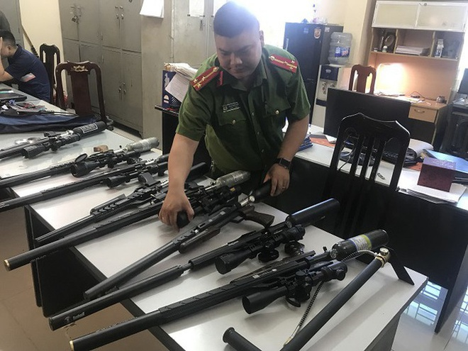 Triệt phá đường dây nhập lậu hàng trăm linh kiện súng săn từ Trung Quốc - Ảnh 1