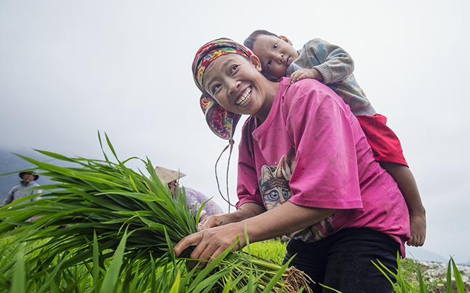 Ngày Gia đình Việt Nam: Khoảnh khắc đáng yêu của những em bé trên lưng mẹ - Ảnh 3
