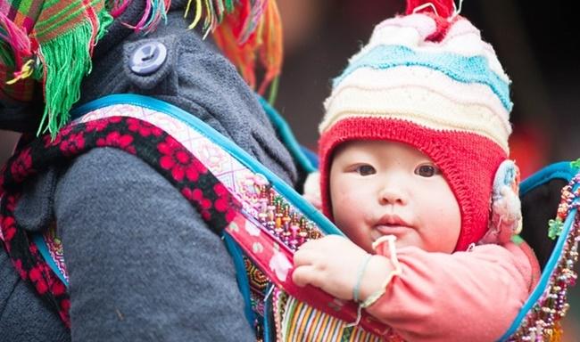 Ngày Gia đình Việt Nam: Khoảnh khắc đáng yêu của những em bé trên lưng mẹ - Ảnh 8