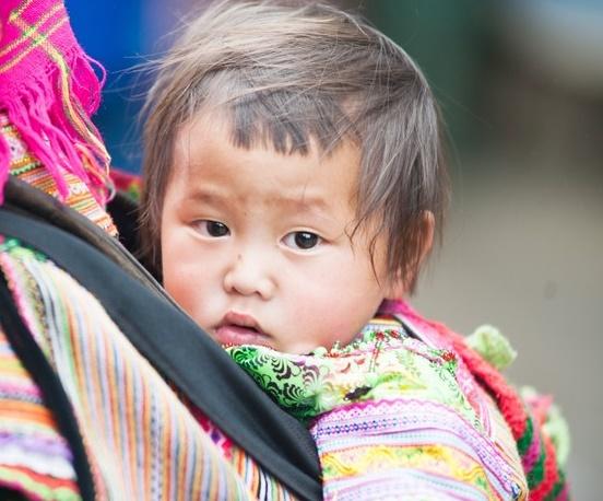 Ngày Gia đình Việt Nam: Khoảnh khắc đáng yêu của những em bé trên lưng mẹ - Ảnh 9