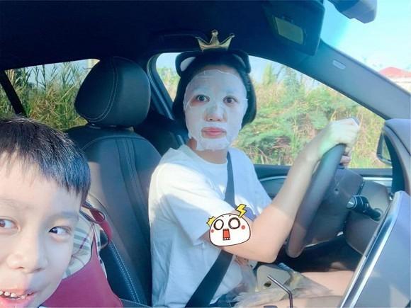 Tin tức giải trí mới nhất ngày 5/6/2020: Phì cười với ảnh Ốc Thanh Vân đắp mặt nạ khi chở con đi học - Ảnh 1