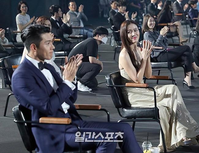 """Tin tức giải trí mới nhất ngày 7/6/2020: """"Khoảnh khắc định mệnh"""" Son Ye Jin nhìn đắm đuối Hyun Bin - Ảnh 1"""