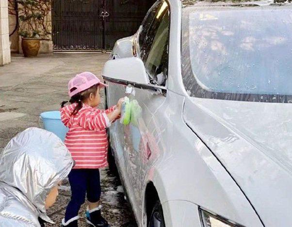 """""""Thiên kim tiểu thư"""" rửa xe kiếm tiền, cách đại gia dạy con kiểu """"nhà nghèo"""" khiến ai cũng phải xuýt xoa - Ảnh 3"""