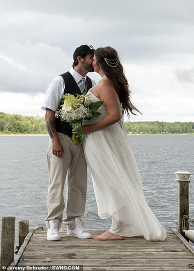 """Chụp ảnh cưới theo phong cách """"bước nhảy hoàn vũ"""", cô dâu chú rể gặp """"thảm họa"""" không ai ngờ - Ảnh 1"""