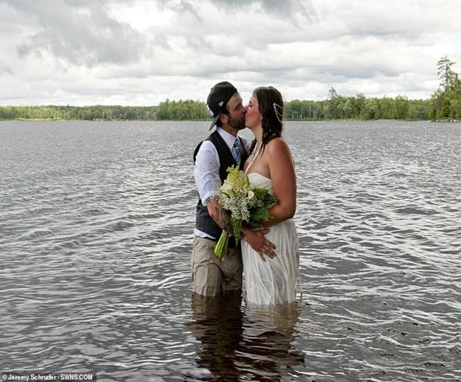"""Chụp ảnh cưới theo phong cách """"bước nhảy hoàn vũ"""", cô dâu chú rể gặp """"thảm họa"""" không ai ngờ - Ảnh 6"""