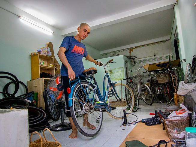"""Chàng trai """"hồi sinh"""" xe đạp cũ tặng người nghèo - Ảnh 1"""