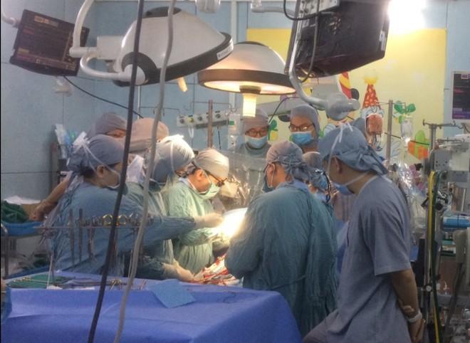 Nghi vấn bé trai 9 tuổi bị mẹ dùng kéo đâm thấu tim - Ảnh 1