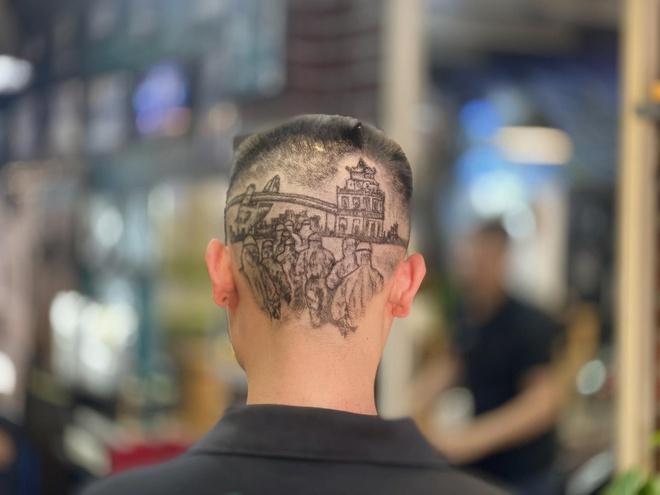 Chàng trai cắt tóc tạo hình nhân viên y tế ở Đà Nẵng để cổ vũ chống dịch Covid-19 - Ảnh 1