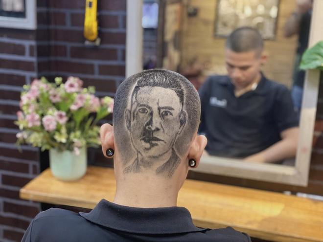 Chàng trai cắt tóc tạo hình nhân viên y tế ở Đà Nẵng để cổ vũ chống dịch Covid-19 - Ảnh 5