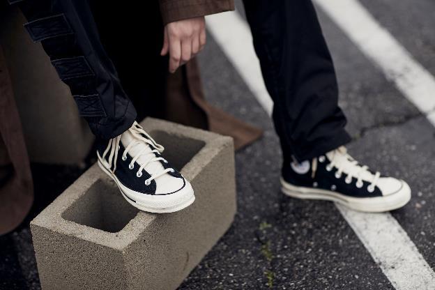 """""""Nam thanh nữ tú"""" chen đến """"bẹp ruột"""" từ 4h sáng đợi mua giày hàng hiệu, kết cục ai cũng ôm """"cục tức""""  - Ảnh 2"""