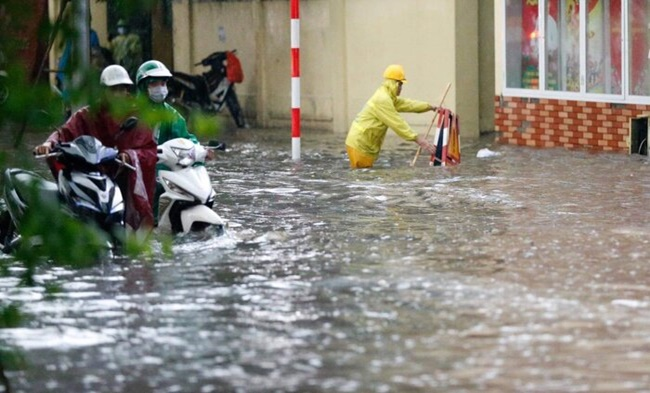 Mưa lớn gây ngập cục bộ nhiều tuyến phố Hà Nội, người dân loay hoay quét nước ra khỏi nhà - Ảnh 4
