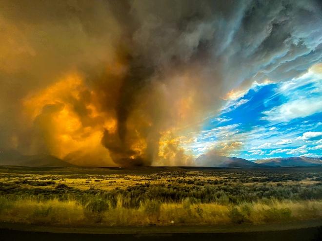 Vòi rồng lửa siêu hiếm gặp xuất hiện trong cháy rừng ở California - Ảnh 1