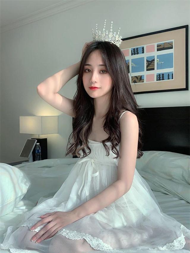 """Nữ streamer xinh đẹp theo style """"thần tiên tỷ tỷ"""", chỉ mặc váy ngủ cũng làm xao xuyến mọi con tim  - Ảnh 1"""