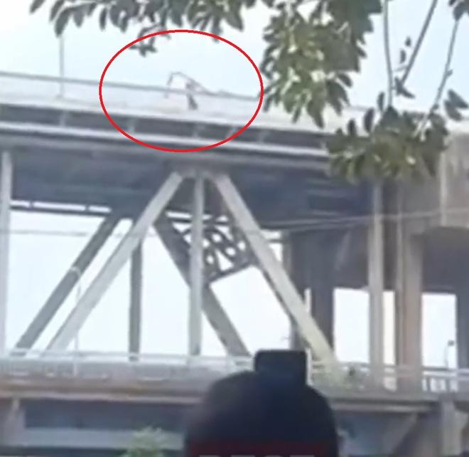 Ném sắt thép từ trên cầu Thăng Long xuống đường, nhóm công nhân bị buộc thôi việc - Ảnh 1