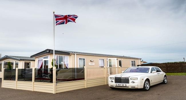 Khám phá nhà nghỉ phong cách hoàng gia, lóa mắt với ngai vàng bọc nhung đỏ, toilet dát vàng - Ảnh 1