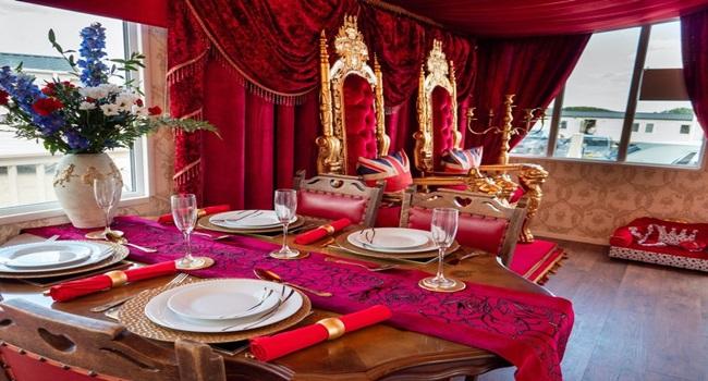 Khám phá nhà nghỉ phong cách hoàng gia, lóa mắt với ngai vàng bọc nhung đỏ, toilet dát vàng - Ảnh 3
