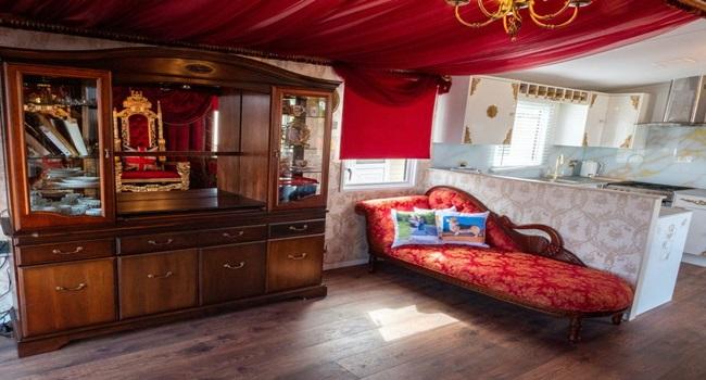 Khám phá nhà nghỉ phong cách hoàng gia, lóa mắt với ngai vàng bọc nhung đỏ, toilet dát vàng - Ảnh 4