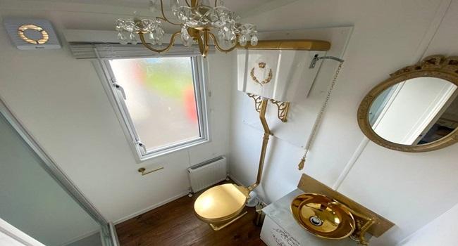 Khám phá nhà nghỉ phong cách hoàng gia, lóa mắt với ngai vàng bọc nhung đỏ, toilet dát vàng - Ảnh 7