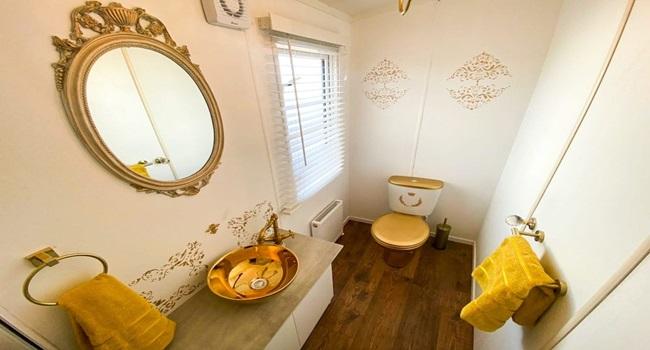 Khám phá nhà nghỉ phong cách hoàng gia, lóa mắt với ngai vàng bọc nhung đỏ, toilet dát vàng - Ảnh 9