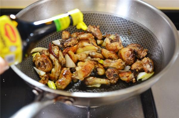 Đổi món với gà chiên sốt dầu hào đậm đà, vét sạch nồi cơm vẫn thấy thèm - Ảnh 2