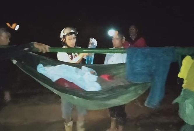 16 thanh niên trai tráng đi bộ vượt rừng 40km xuyên đêm, khiêng cô gái đi cấp cứu - Ảnh 1
