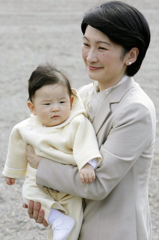 """Hoàng tử bé Hisahito, """"chân mệnh thiên tử"""" Nhật Bản mới sinh ra đã gánh tương lai hoàng gia - Ảnh 1"""