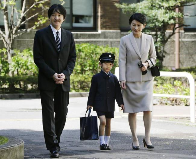 """Hoàng tử bé Hisahito, """"chân mệnh thiên tử"""" Nhật Bản mới sinh ra đã gánh tương lai hoàng gia - Ảnh 2"""