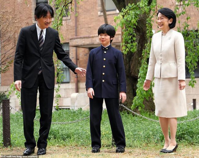 """Hoàng tử bé Hisahito, """"chân mệnh thiên tử"""" Nhật Bản mới sinh ra đã gánh tương lai hoàng gia - Ảnh 5"""