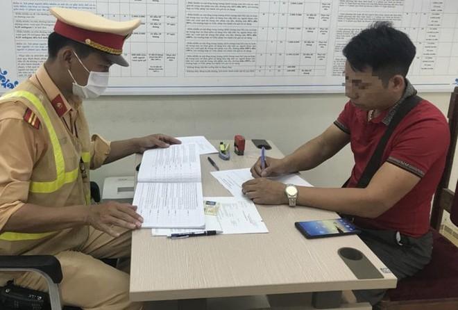 Quay đầu xe trên cao tốc Hà Nội-Lào Cai, tài xế xe khách bị xử phạt - Ảnh 1