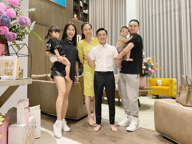 Cường Đô La mở tiệc mừng đầy tháng con gái, Đàm Thu Trang giấu dáng, khép nép bên chồng - Ảnh 1