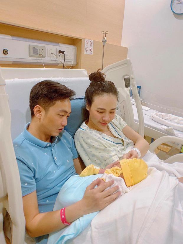 Cường Đô La mở tiệc mừng đầy tháng con gái, Đàm Thu Trang giấu dáng, khép nép bên chồng - Ảnh 3