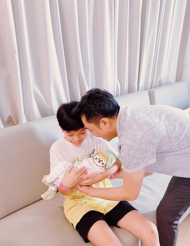 Cường Đô La mở tiệc mừng đầy tháng con gái, Đàm Thu Trang giấu dáng, khép nép bên chồng - Ảnh 2