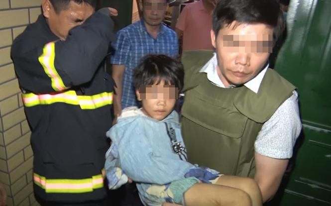 Giải cứu thành công bé gái bị bố đẻ bạo hành, thu giữ khẩu súng đã lên nòng - Ảnh 1