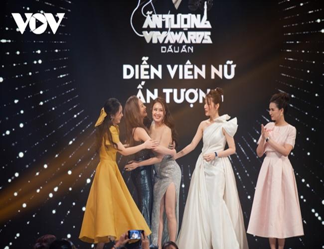 """Bộ phim """"Hoa hồng trên ngực trái"""" và Hồng Diễm đại thắng tại VTV Awards 2020 - Ảnh 2"""