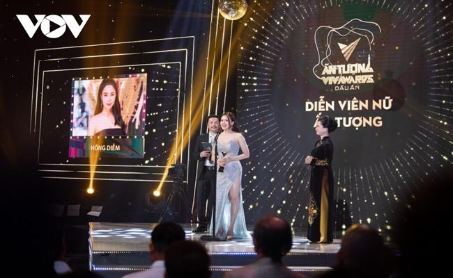 """Bộ phim """"Hoa hồng trên ngực trái"""" và Hồng Diễm đại thắng tại VTV Awards 2020 - Ảnh 4"""