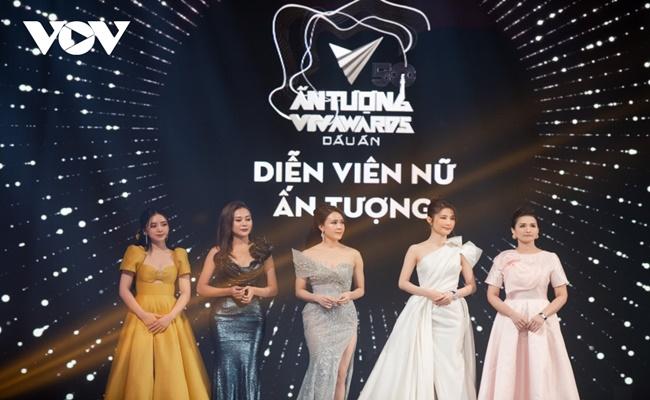 """Bộ phim """"Hoa hồng trên ngực trái"""" và Hồng Diễm đại thắng tại VTV Awards 2020 - Ảnh 1"""
