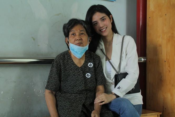 Thiếu nữ Sài thành vận động hàng trăm triệu đồng giúp ông bà cụ neo đơn - Ảnh 2