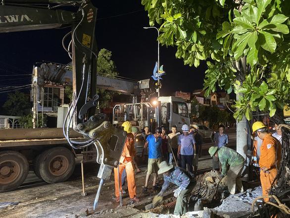Xế hộp tông gãy cột điện gắn trạm biến áp, hơn 1.000 hộ dân bị cắt điện tạm thời - Ảnh 2