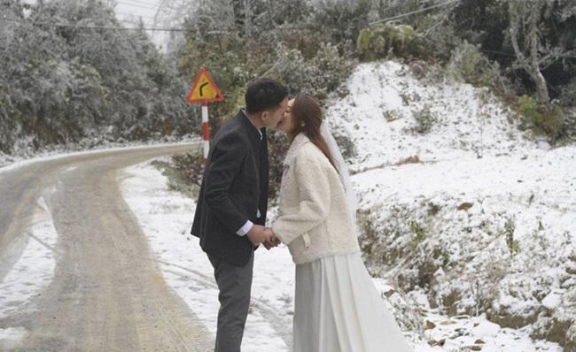 """Tuyết rơi dày đặc Y Tý, cặp đôi chụp ảnh cưới giữa không gian đẹp như """"trời Âu"""" - Ảnh 3"""