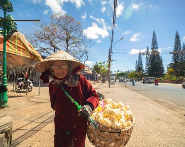Cảm động hình ảnh cụ bà 94 tuổi vẫn bán bỏng ngô dạo khắp Đà Lạt - Ảnh 2