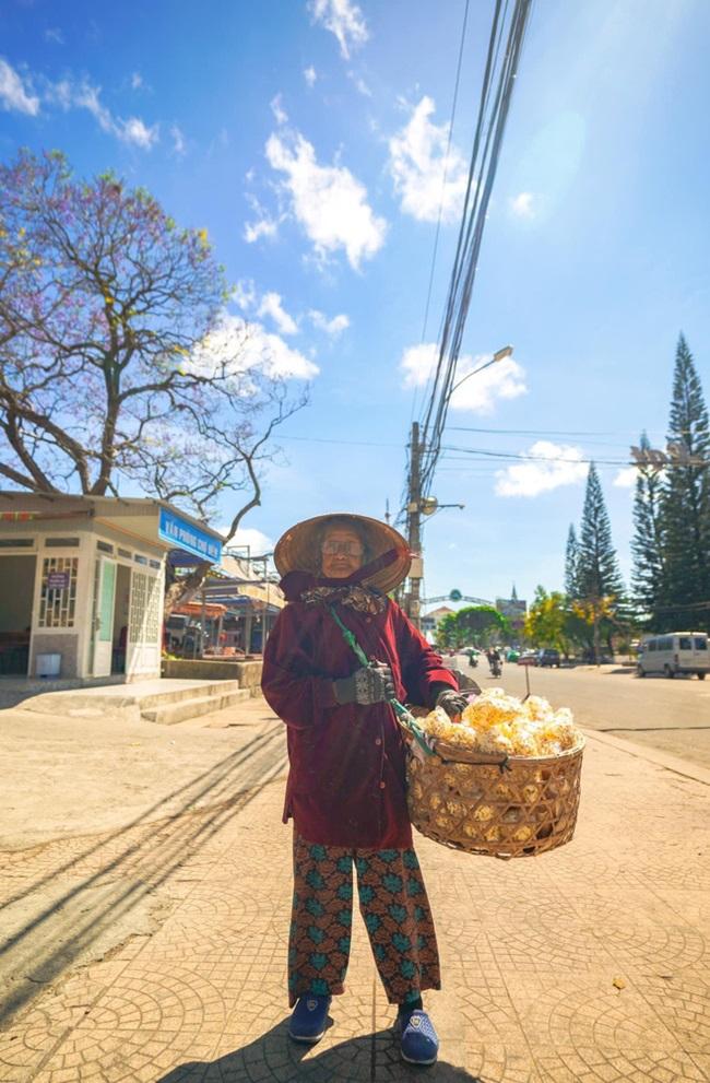 Cảm động hình ảnh cụ bà 94 tuổi vẫn bán bỏng ngô dạo khắp Đà Lạt - Ảnh 3