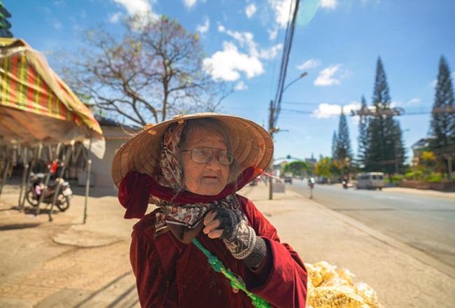 Cảm động hình ảnh cụ bà 94 tuổi vẫn bán bỏng ngô dạo khắp Đà Lạt - Ảnh 4