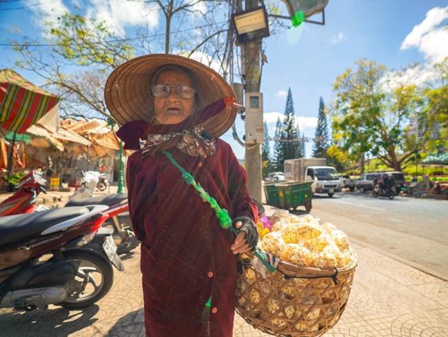 Cảm động hình ảnh cụ bà 94 tuổi vẫn bán bỏng ngô dạo khắp Đà Lạt - Ảnh 5