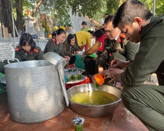 Ấm tình bữa cơm thiện nguyện tại bệnh viện K Tân Triều - Ảnh 2