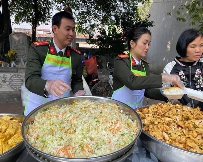 Ấm tình bữa cơm thiện nguyện tại bệnh viện K Tân Triều - Ảnh 4